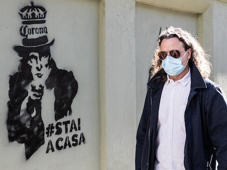 Sprache in der Pandemie: Die Linguistin Andrea Abel über Kriegsmetaphorik, Fake News und unser Corona-Vokabular