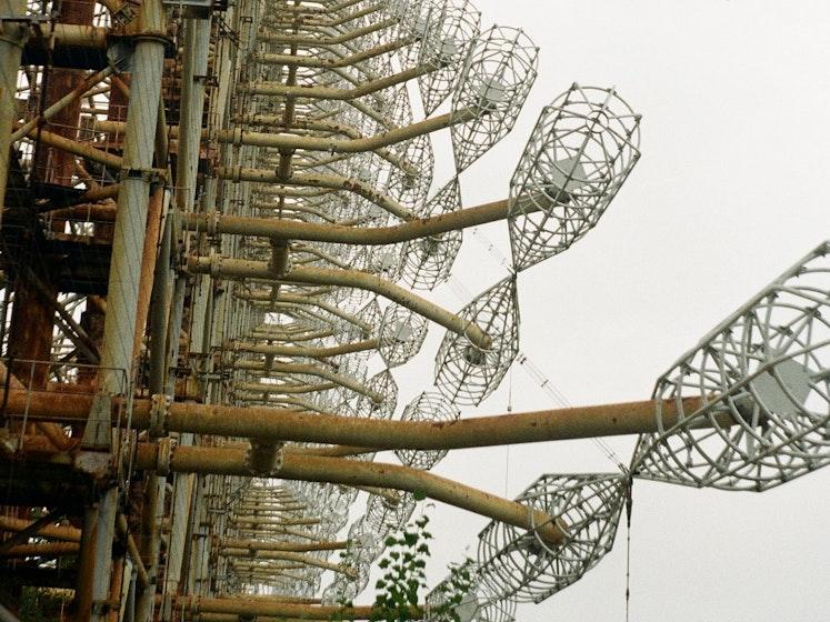 Die Duga war eine sowjetisches Über-Horizont-Radaranlage, die als Teil des Raketenabwehrsystems eingesetzt wurde. Direkt neben dem beschädigten Kernkraftwerk von Tschernobyl gelegen, ist sie heute ein Symbol für zwei Katastrophen gleichzeitig: die nukleare Katastrophe und den schlussendlich abgewendeten Kalten Krieg.