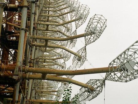 Die Duga war eine sowjetische Über-Horizont-Radaranlage, die als Teil des sowjetischen Raketenabwehrsystems eingesetzt wurde. Direkt neben dem beschädigten Kernkraftwerk von Tschernobyl gelegen, ist die Duga ein Symbol für zwei Katastrophen gleichzeitig: die nukleare Katastrophe und den schlussendlich abgewendeten Kalten Krieg.