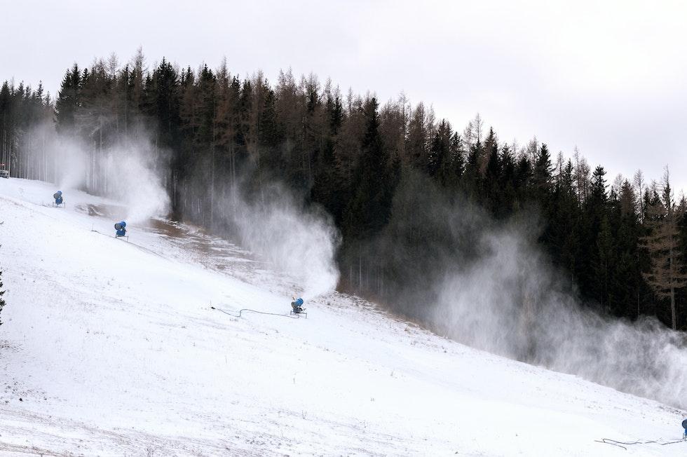 Fällt der Schnee nicht vom Himmel, kommt er aus der Kanone: 90% der Pistenflächen Südtirols können beschneit werden. Der Wasser- und Energieverbrauch ist aber hoch.