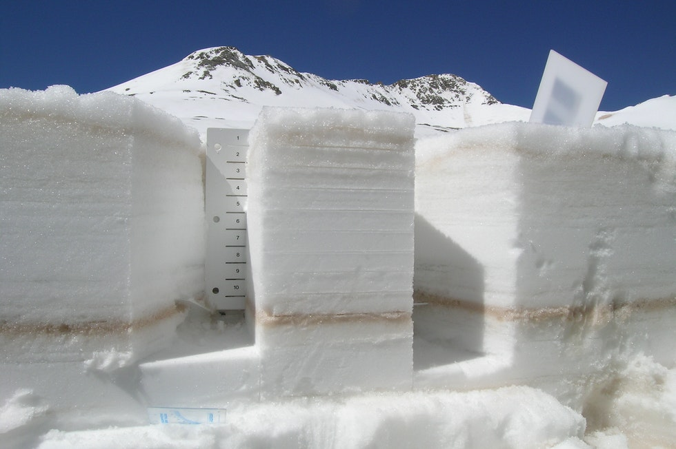 The snowpack is a complex structure, its layers tell the story of the winter from the first to the most recent snowfall.