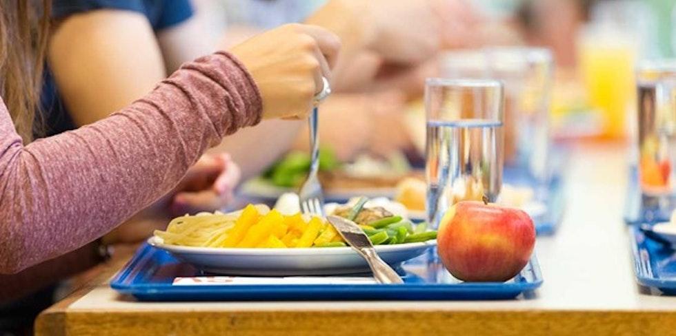 Mensatisch mit Essen und Gast
